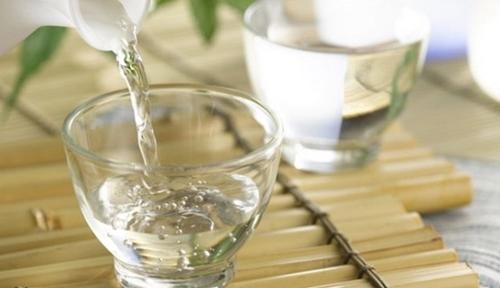 uống rượu trắng ngăn ngừa bệnh tuyến tiền liệt